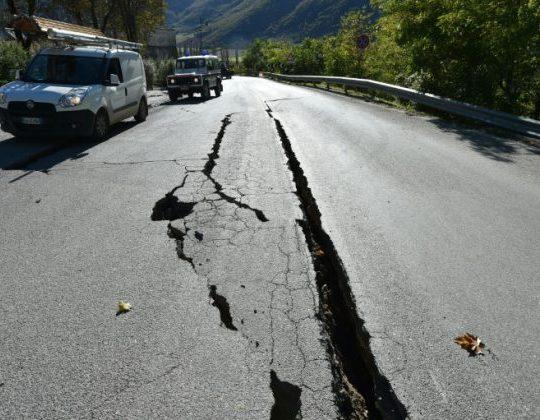 Rachaduras na estrada fora do centro de Norcia, no centro da Itália retratado um dia depois de um terremoto de 6,5 magnitud atingido em 30 de outubro de 2016. Crédito: AFP / Alberto Pizzoli Read more : http://www.geologypage.com/2017/08/friction-evolves-earthquake.html#ixzz4rB3fNFBW Follow us: @geologypage on Twitter | geologypage on Facebook