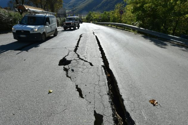 Rachaduras na estrada fora do centro de Norcia, no centro da Itália retratado um dia depois de um terremoto de 6,5 magnitud atingido em 30 de outubro de 2016. Crédito: AFP / Alberto Pizzoli Read more : http://www.geologypage.com/2017/08/friction-evolves-earthquake.html#ixzz4rB3fNFBW Follow us: @geologypage on Twitter | geologypage on Facebook